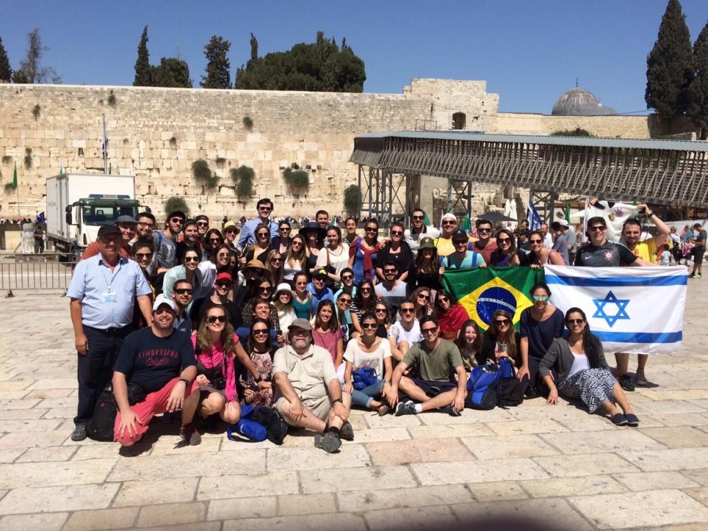 Participantes da Marcha da Vida 2016 em frente ao Muro das Lamentações (Kotel) celebrando a vida e após terem conhecido o passado judaico na Polônia e em Berlim.